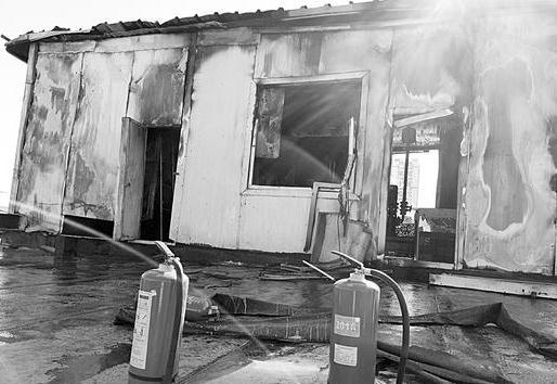 工人楼顶做防水点燃苯板把消防泵房烧了