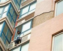 高空掉砖hin危险,怎样避免瓷砖脱落?