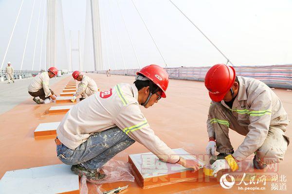 荆州长江公铁大桥钢梁公路面防水层施工全面展开
