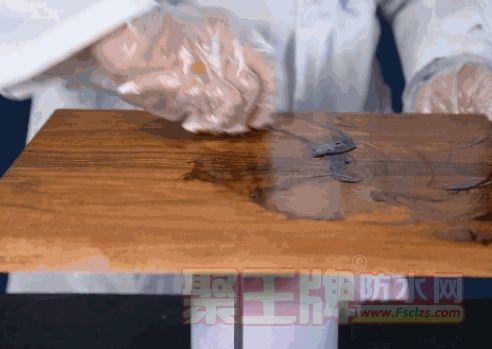 擦涂主要用于木质表面涂装或木蜡油的施工。一般用布头、围丝、纱头等吸油性较好的材料作为涂装工具,醮取一定量的涂料,均匀地涂布于被涂的木材表面上,以达到填孔、封闭、着色等目的。
