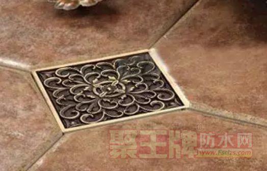 以地漏为中心,地漏的四角或四边对准地砖的十字线,向四周方向延伸开去。这种方法较好地保持了地砖的完整性,相对美观,坡度也比较自然。