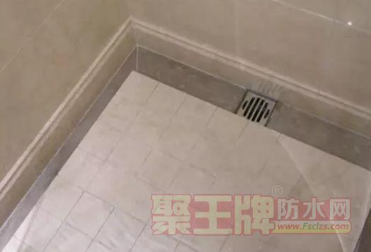 如果地漏位置同样处于墙壁边,而近墙面的地砖为直条型,则可以切断瓷砖,在中间直接留位置给地漏