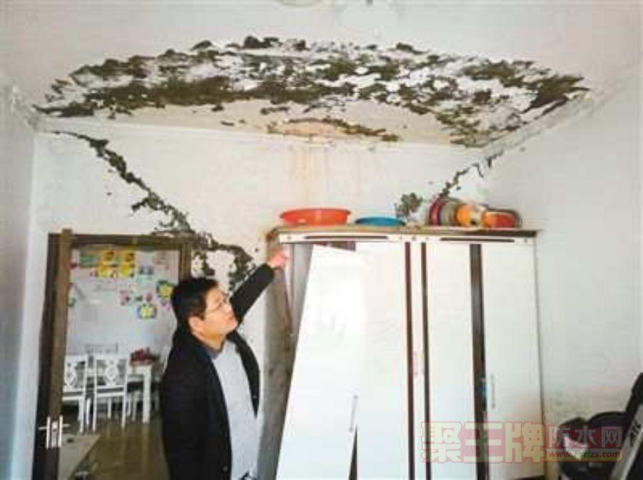 """楼顶漏水 13户居民家成""""水帘洞"""".png"""