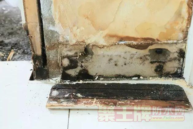 当腐坏的门套被拆除,    露出了严重受潮、霉变的墙面基质!