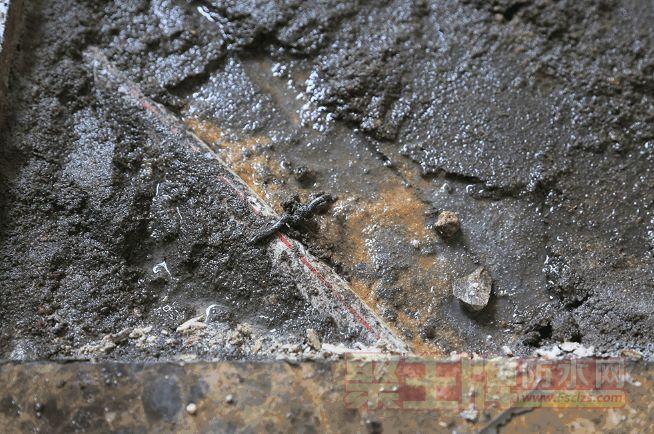 工人敲开卫生间老旧的大理石地砖,    发现积水现象也十分严重!