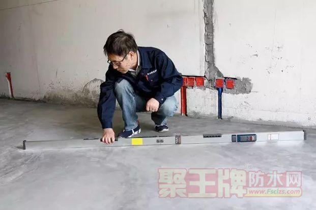 董师傅在做地面的找平工作。