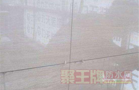建议不要地砖上墙,不要选过大尺寸的砖,这样的砖质量重更难铺贴。