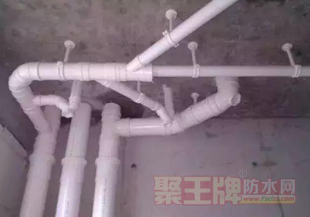 排水立管吊洞采用铁丝固定