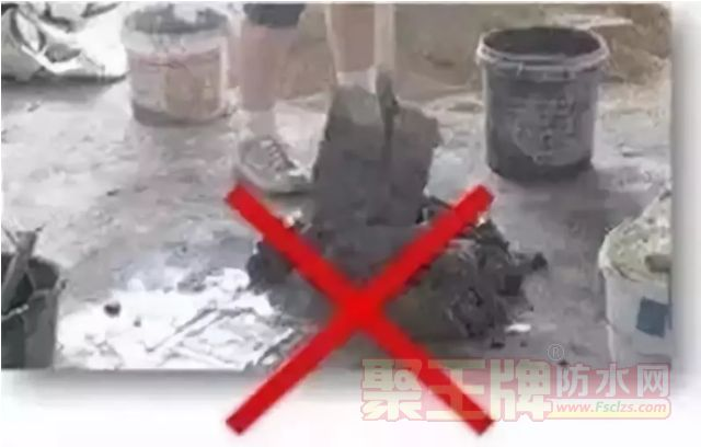 把瓷砖胶放在地上用铁锹搅拌