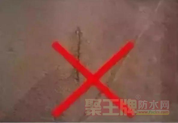 墙面不结实,基层油污、脱模剂等缺陷,基层未找平就铺贴瓷砖