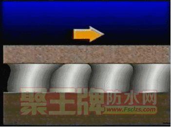 运用双批法施工,在瓷砖、墙面分别用齿刮板均匀的将瓷砖胶形成条齿状布局,然后,拿起瓷砖向下按压,并均匀用力上下揉压。