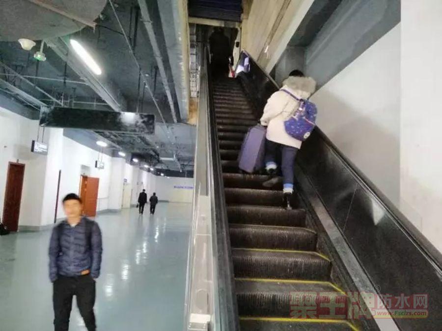 """哈尔滨新建火车站不明漏水致滚梯""""停摆"""" 旅客负重爬楼梯"""