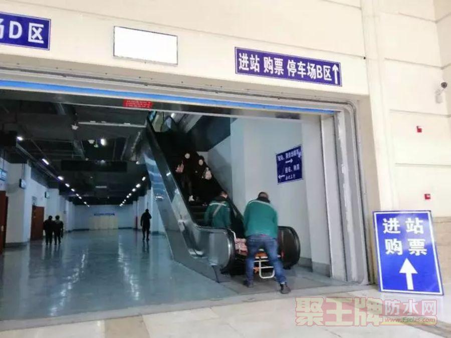 两名接送病患的医护人员抬着担架爬楼梯