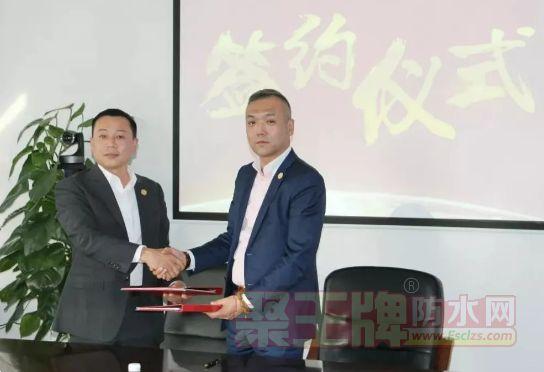 禹王集团董事长于在河同上海豫隆集团董事长赵春华签约。