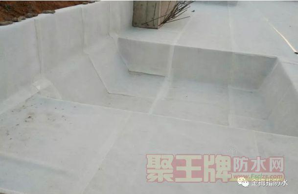 展开卷材,平铺(带隔离纸或砂面朝上)于基面需铺贴的位置,与弹线对齐