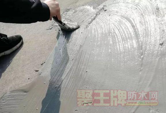 干基面刷防水,怎样消除防水涂膜的针孔、开裂等现象?
